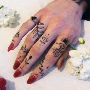 Tatuajes en los dedos de la mano flores serpiente hojas