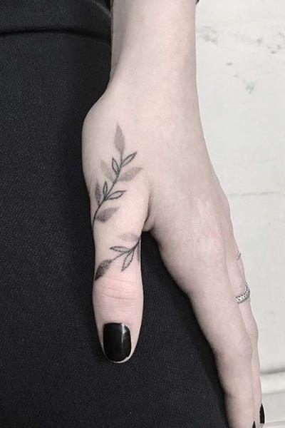 Tatuajes en los dedos de la mano hojas y rama en dedo pulgar