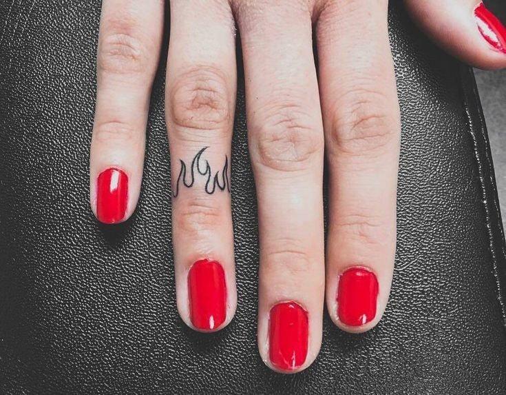 Tatuajes en los dedos de la mano llamas