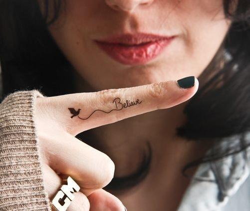 Tatuajes en los dedos de la mano paloma y nombre