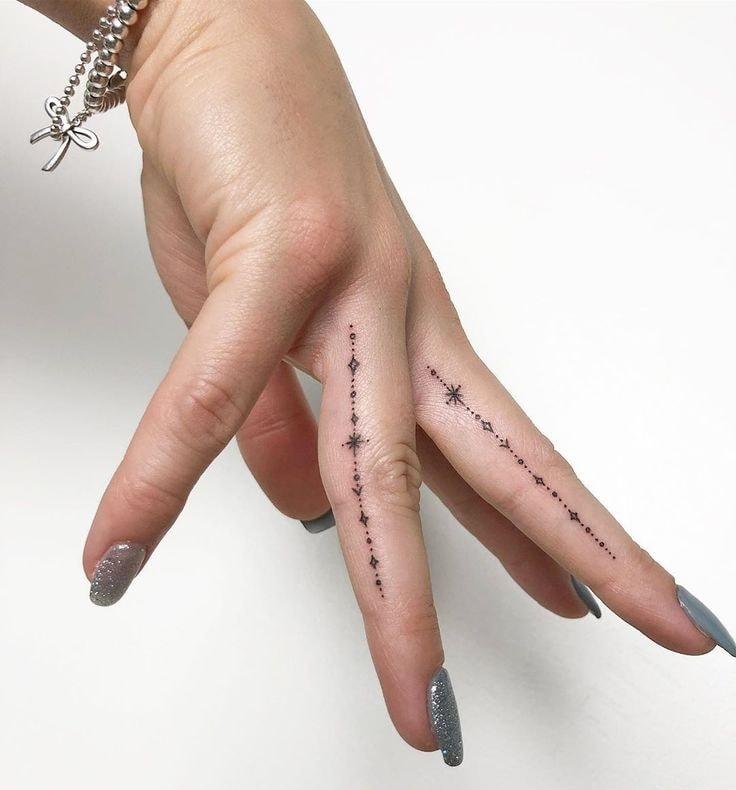 Tatuajes en los dedos de la mano pequena linea de estrellas