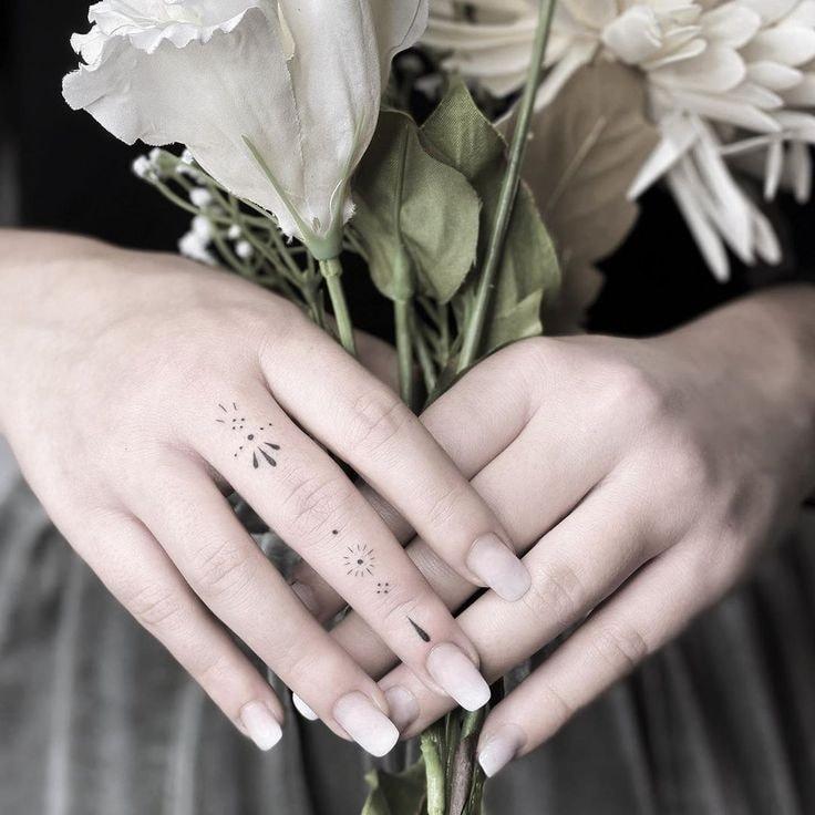 Tatuajes en los dedos de la mano puntos y lineas