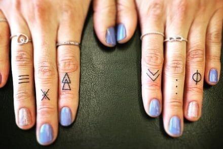 Tatuajes en los dedos de la mano rayas lineas cruz puntos