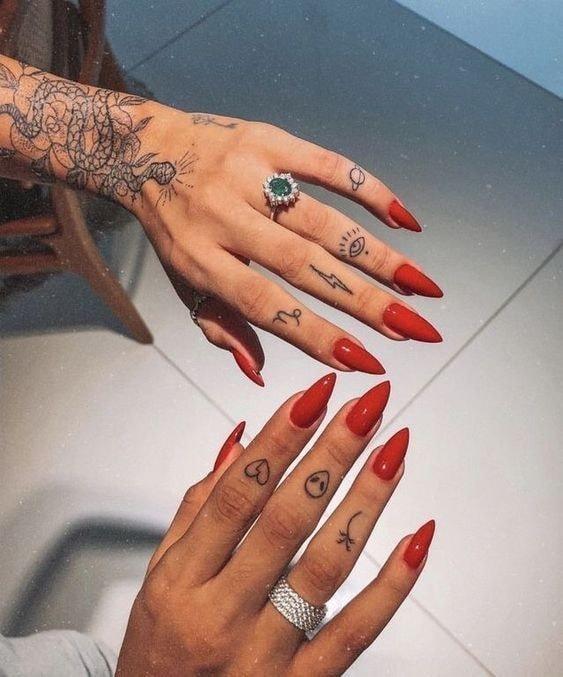 Tatuajes en los dedos de la mano rayos alien planetas