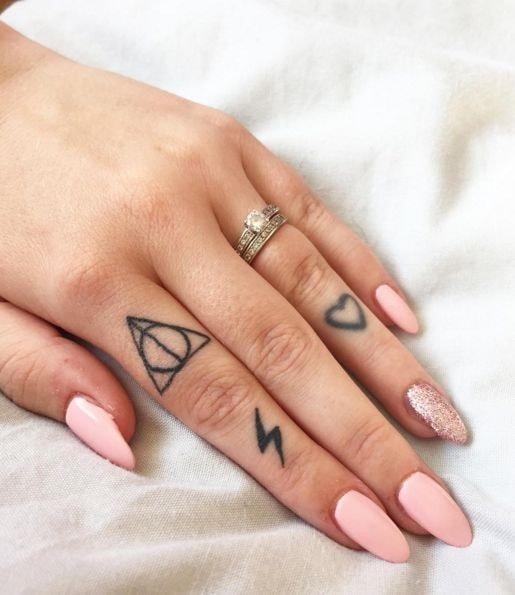 Tatuajes en los dedos de la mano rayos circulos corazon