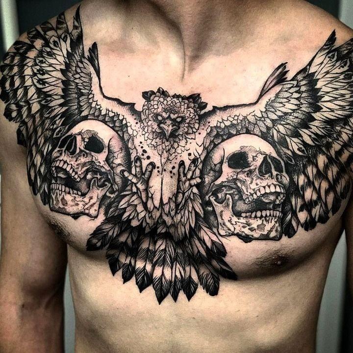 Tatuajes en pecho completo hombre calaveras y cuervo