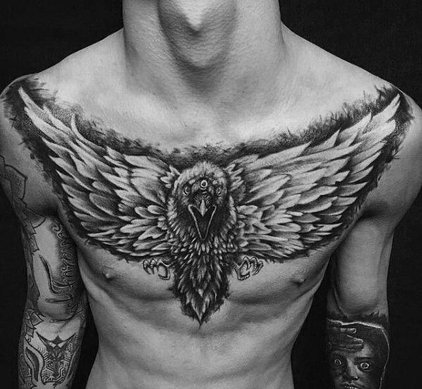 Tatuajes en pecho completo hombre cuervo