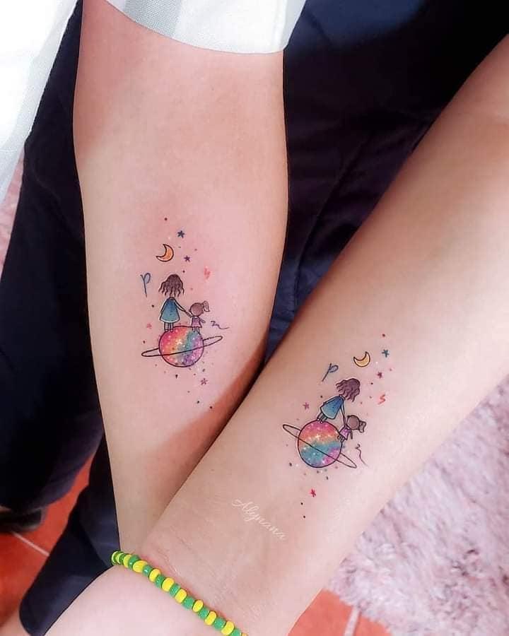 Tatuajes para Mujeres y sus Significados en ambos brazos en las munecas madre e hija