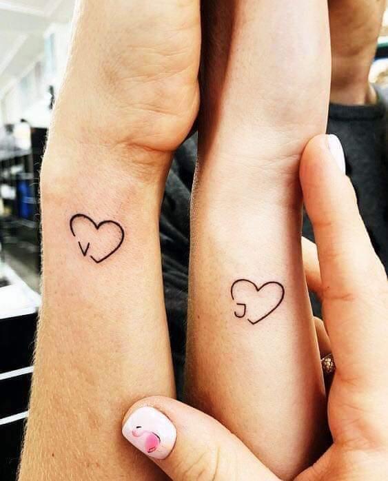 Tatuajes para Parejas Pequenos corazones al costado de la muneca