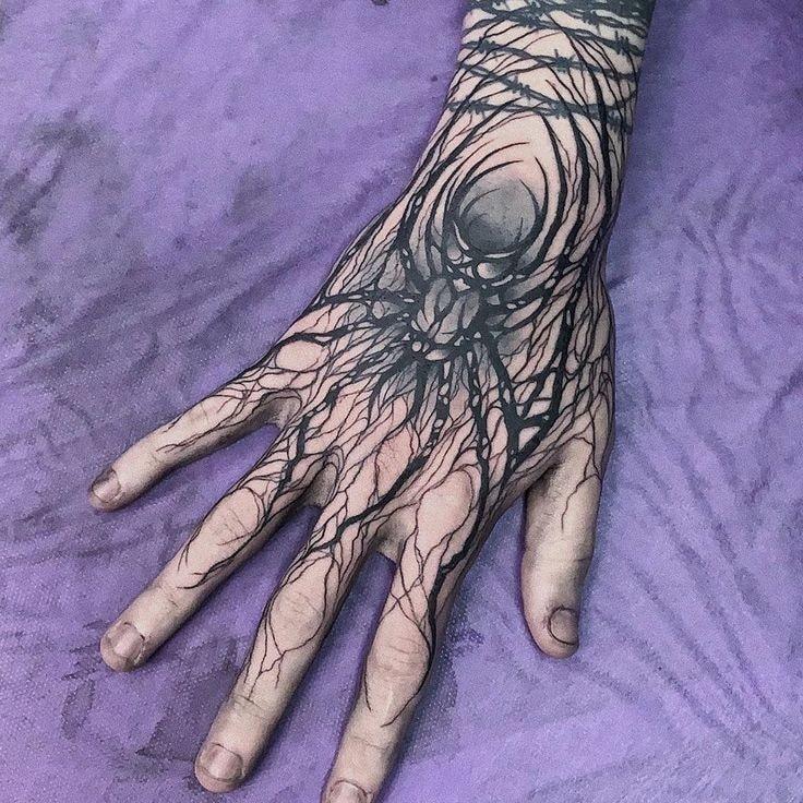 Tatuajes para las manos arana y tela