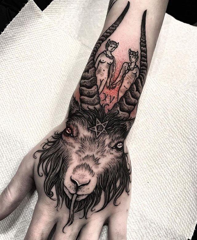 Tatuajes para las manos cabra y simbolos religiosos