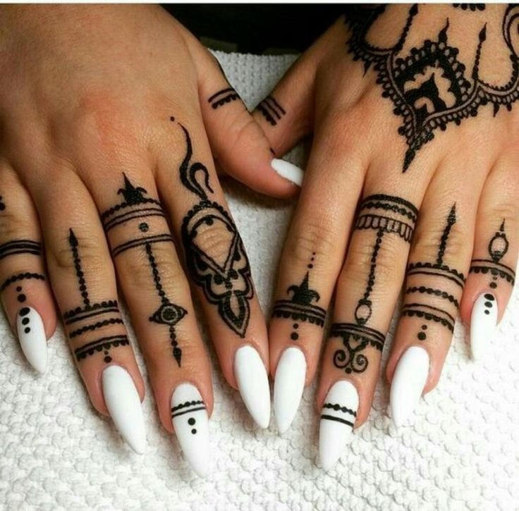 Tatuajes para las manos estilo anillos bordados