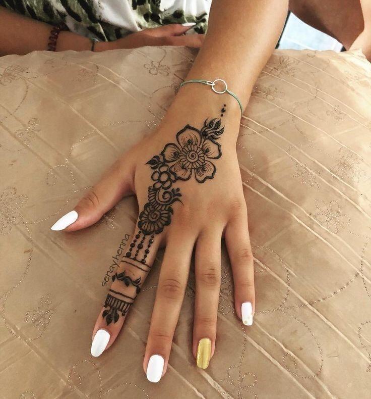 Tatuajes para las manos flor y detalles de anillo para un solo dedo
