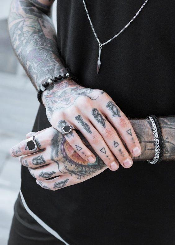 Tatuajes para las manos letras y simbolos en dedos