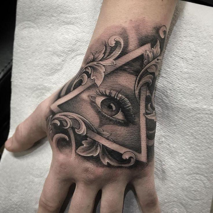 Tatuajes para las manos ojo y triangulo