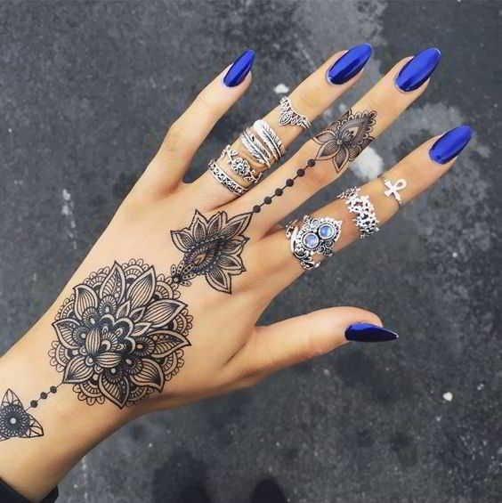 Tatuajes para las manos patrones estilo flor