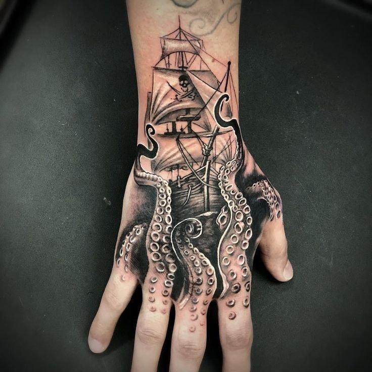 Tatuajes para las manos pulpo y barco pirata