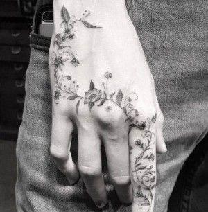 Tatuajes para las manos rosario de flores