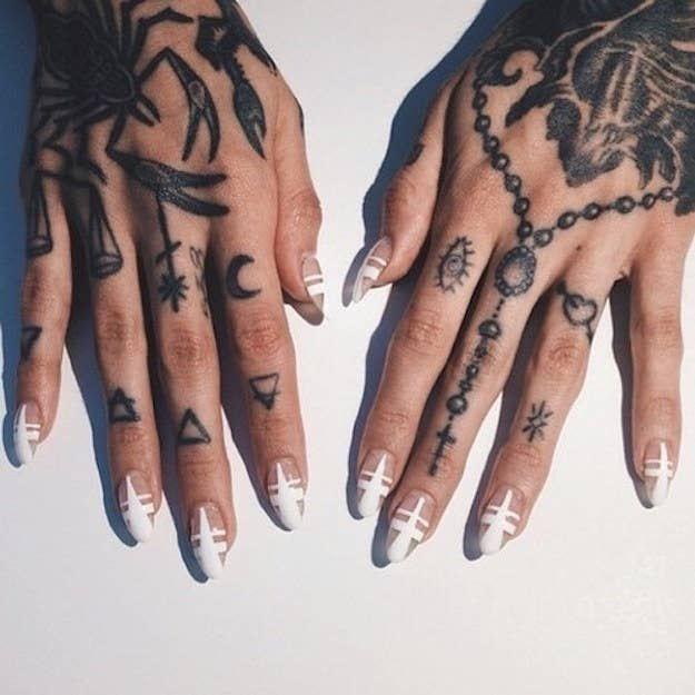Tatuajes para las manos rosario luna motivos varios en los dedos