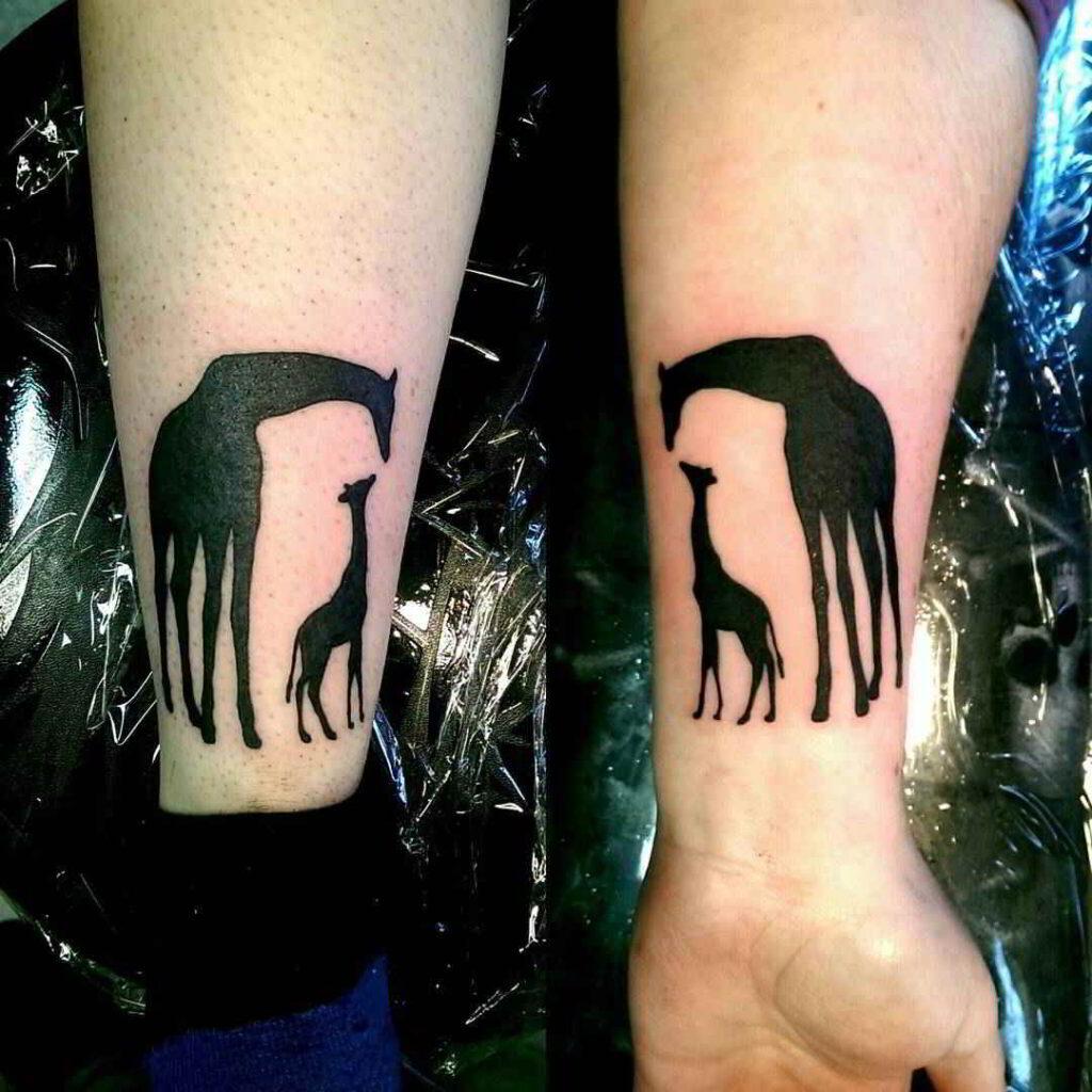 Tatuajes para madres mamas en antebrazos jirafa bebe y jirafa mama