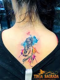Tatuajes para madres mamas en colores con abrazo