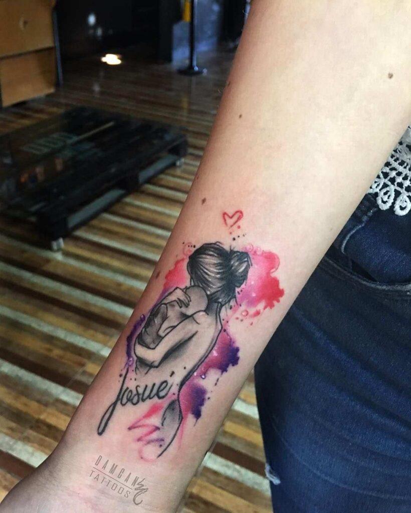 Tatuajes para madres mamas en colores con bebe abrazado