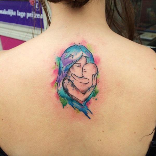 Tatuajes para madres mamas en negro azul y rojo abrazo al bebe