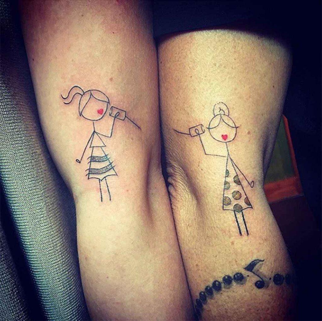 Tatuajes para madres mamas hijos en ambos brazos jugando