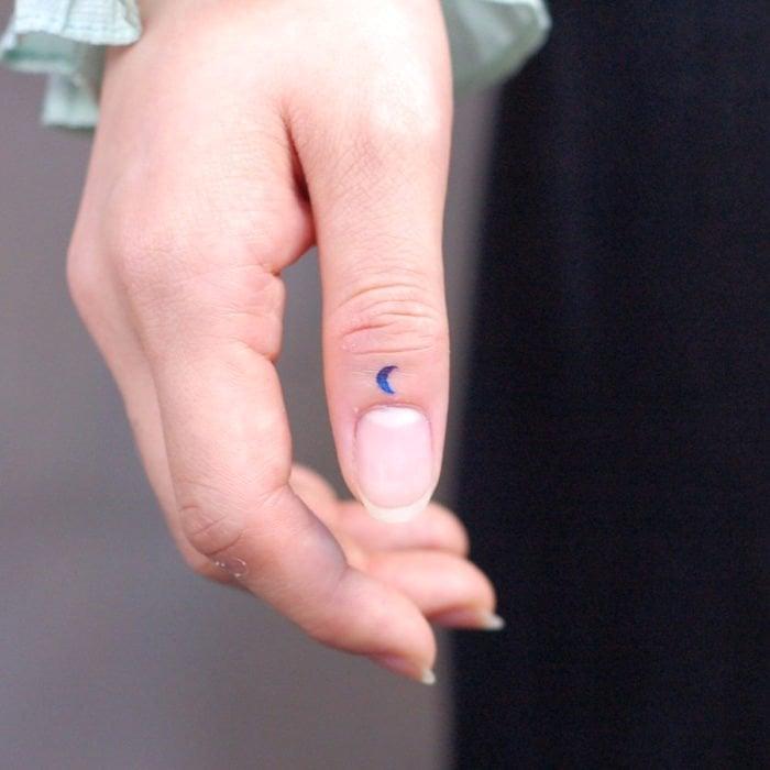 Tatuajes super pequenos para mujeres Luna en dedo pulgar