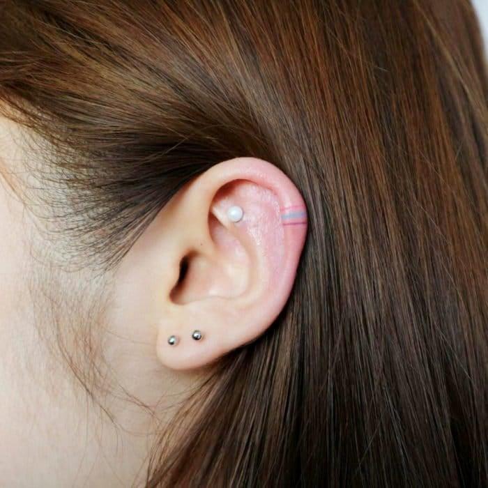 Tatuajes super pequenos para mujeres pequenas franjas de colores en oreja