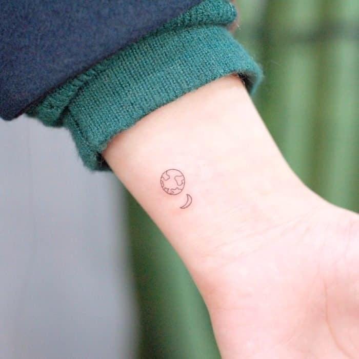 Tatuajes super pequenos para mujeres planeta tierra y luna en muneca