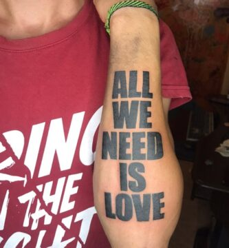 Tatuaje Letras Imprenta Mayúscula en Antebrazo