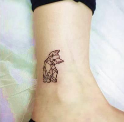 pequeno tatuajes gatos en pantorrilla significado