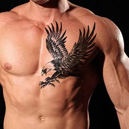 Tatuaje de aguila en pecho de hombre