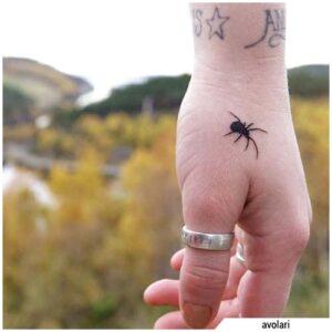 tatuaje de arana en cuello de mujer significado 1