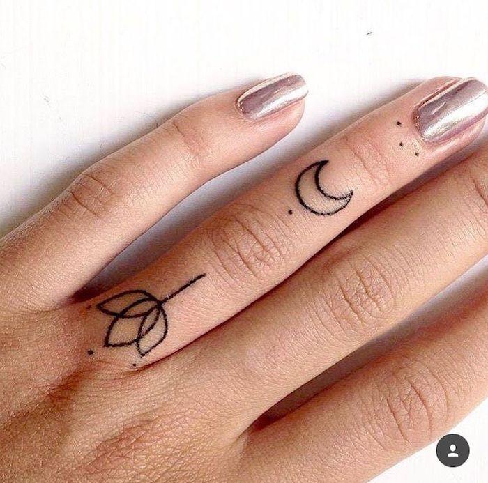 tatuaje en dedo de mujer tulipan y luna