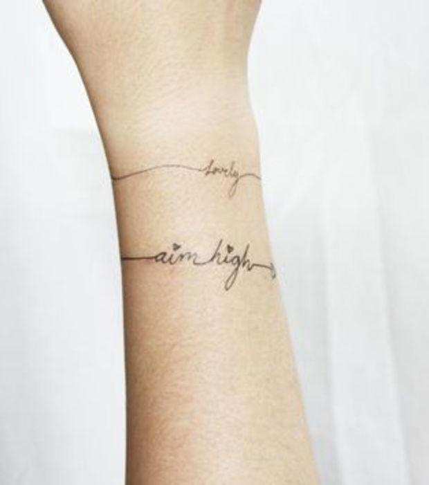 tatuaje en mujeres zona muneca doble leyenda