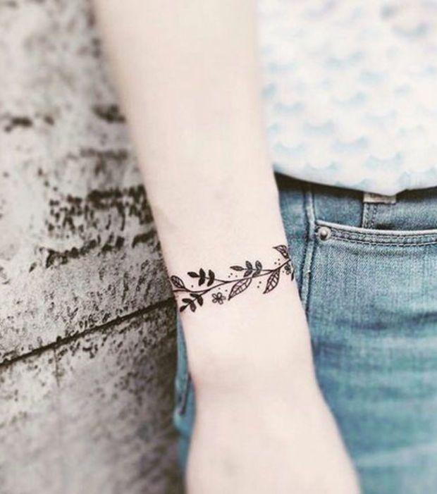 tatuaje en mujeres zona muneca estilo brazalete de rama