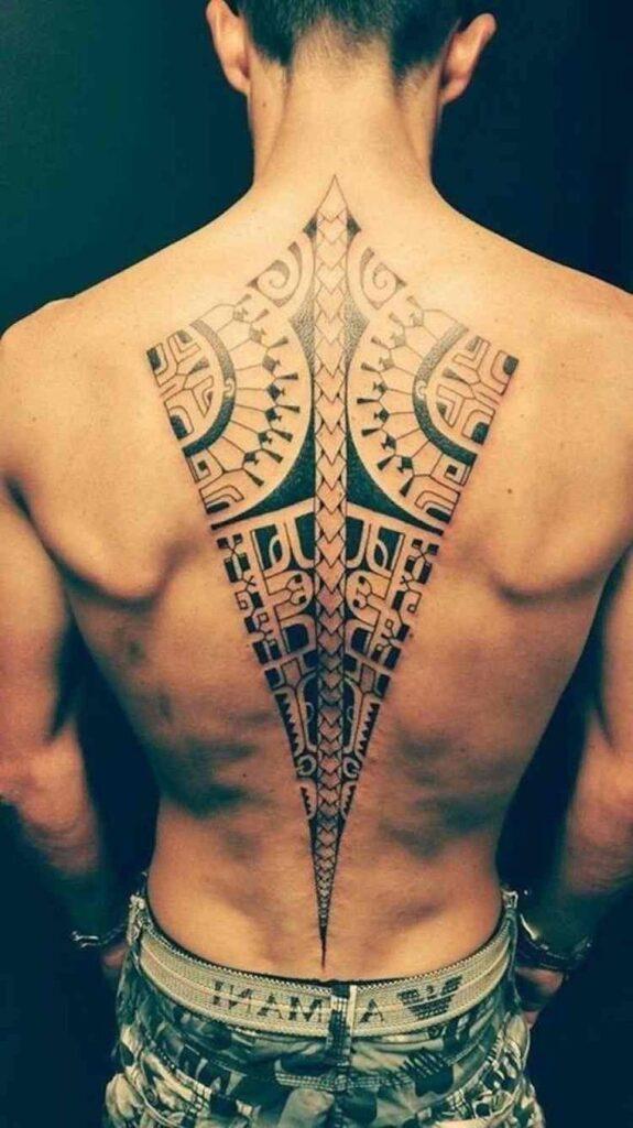 tatuaje espalda completa hombre patron de flecha en columna vertebral