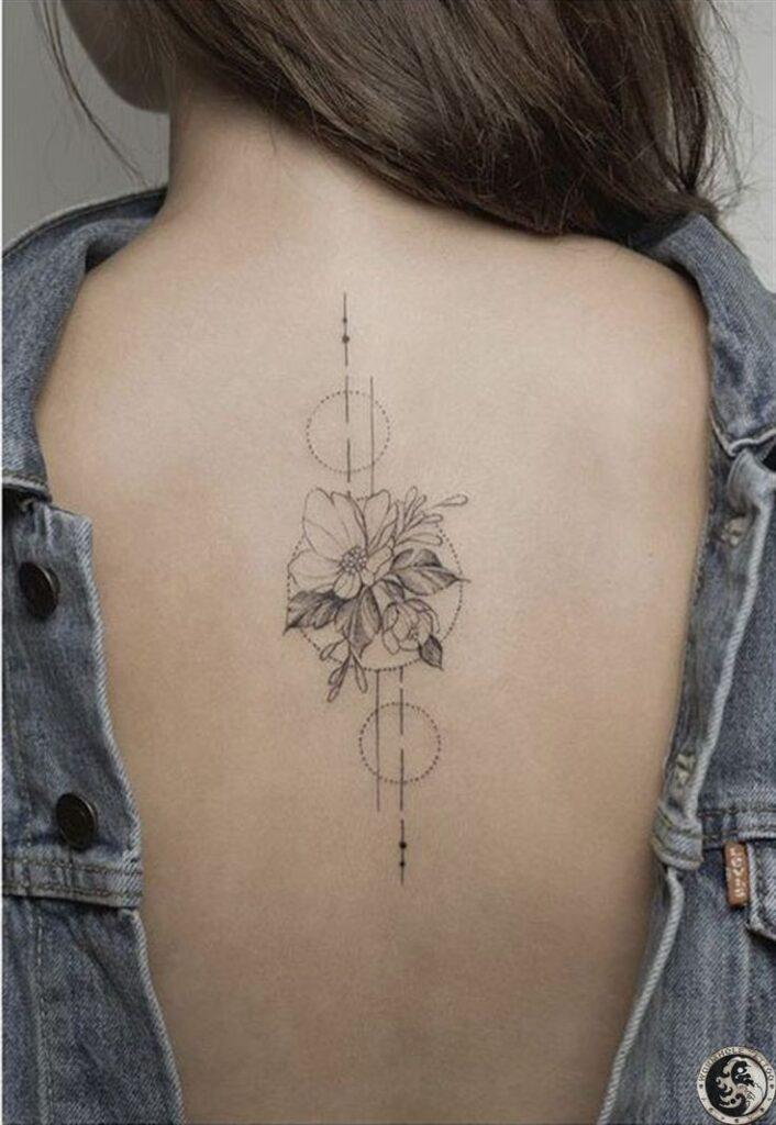 tatuaje espalda completa mujer bello motivo de flores y circulos