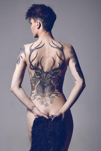 tatuaje espalda completa mujer ciervo