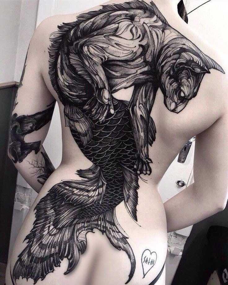 tatuaje espalda completa mujer figura mitad felino mitad pez hasta las nalgas