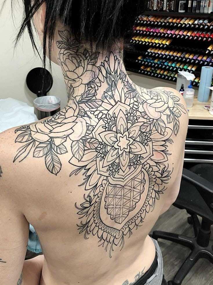 tatuaje espalda completa mujer gran patron de flores