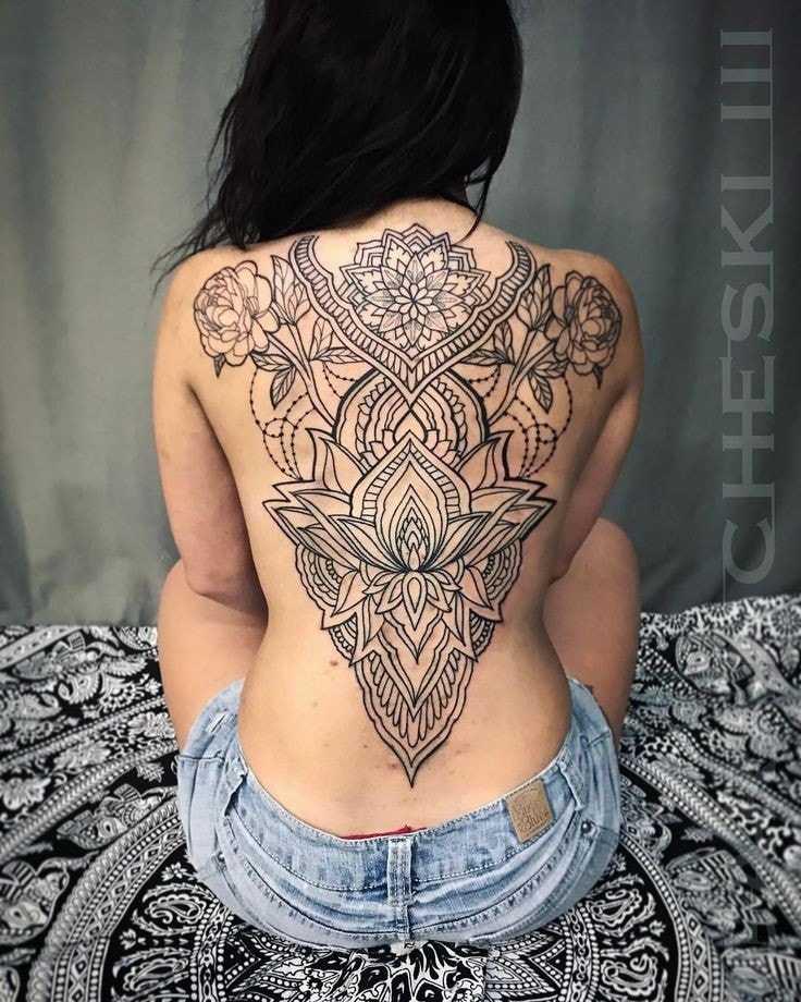 tatuaje espalda completa mujer mandala grande