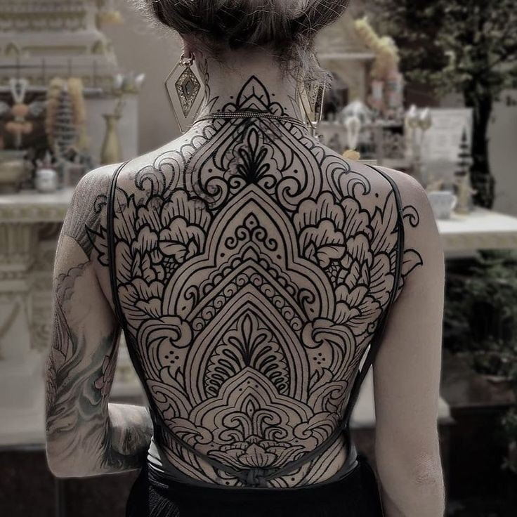 tatuaje espalda completa mujer patrones de flores cubren toda la espalda