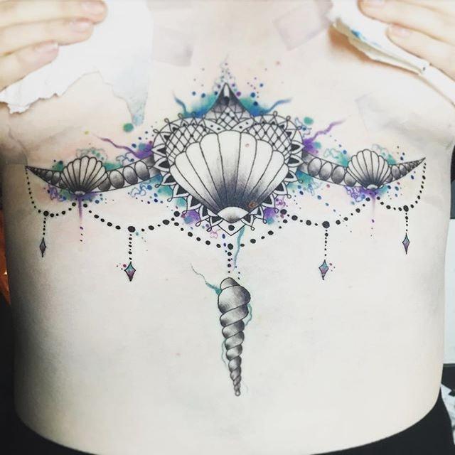 tatuaje pecho llamador de angel y caracol