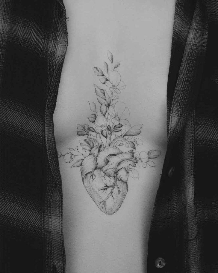 tatuaje pecho mujer corazon en medio de los senos