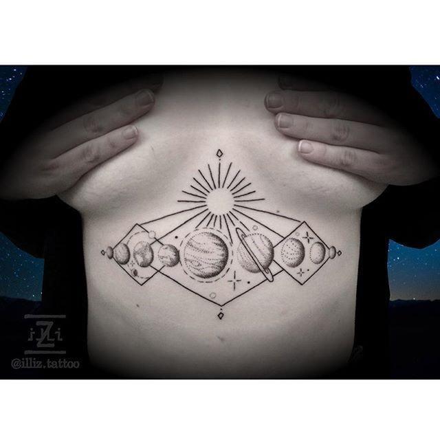 tatuaje pecho mujer sol y sistema solar con planetas