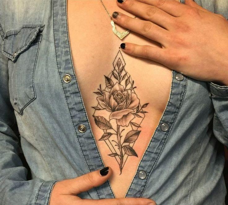 tatuaje pecho mujer triangulo y rosa en medio de los senos