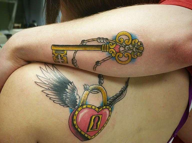 tatuajes emparejados en antebrazos candado y llave